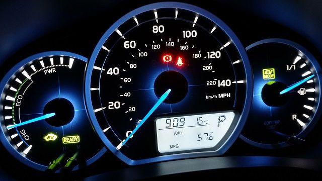 toyota-yaris-hybrid-dashboard-review